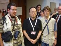 Gosho Aoyama mit zwei Fans
